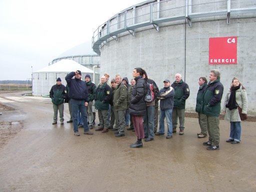 Mitarbeiter des Biosphärenreservates Südost-Rügen bei einer Besichtigung der Biogasanlage Bergen auf Rügen.