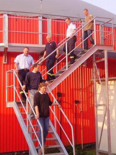 Die Feuerwehr Bergen bei einer Begehung der Biogasanlage Bergen auf Rügen