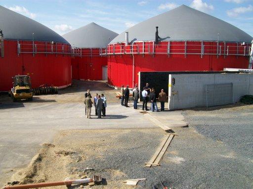 Eine Besuchergruppe aus Ägypten findet Gefallen an der Biogaseinspeisung in Hardegsen.