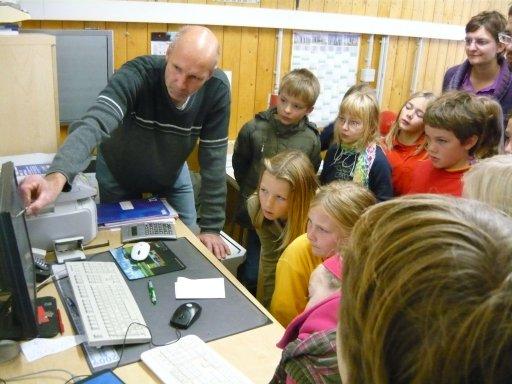 Die 4. Klasse der Regenbogenschule aus Bergen an der Dumme bei der Besichtigung der Biogasanlage Hardegsen.
