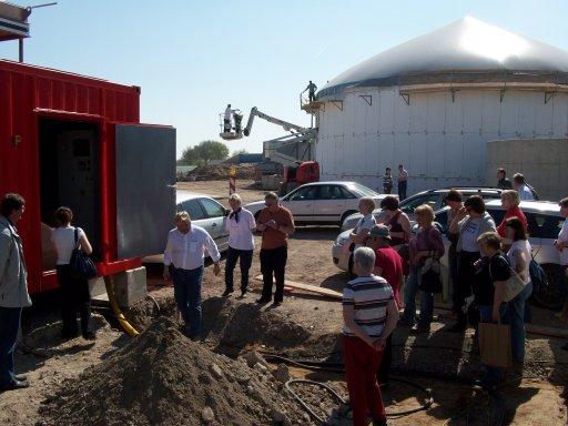 Eine Gruppe Kommunalpolitiker aus der Gemeinde Ahja/Estland besichtigt die Baustelle der Biogasanlage Itzstedt.