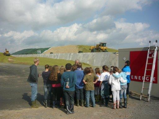 Eine Besuchergruppe des Schulbauernhofes Hardegsen bei einer Anlagenbesichtigung.