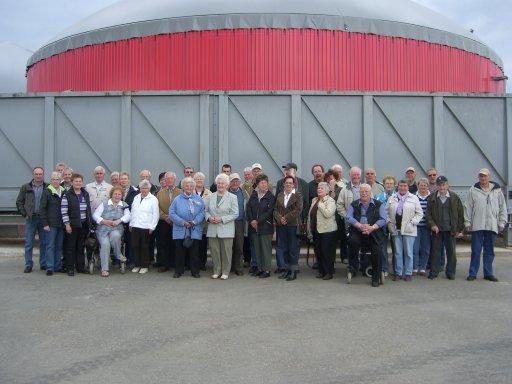 Eine Besuchergruppe des Sozialverbandes Deutschland informiert sich in Itzstedt über die Erzeugung regenerativer Energie.